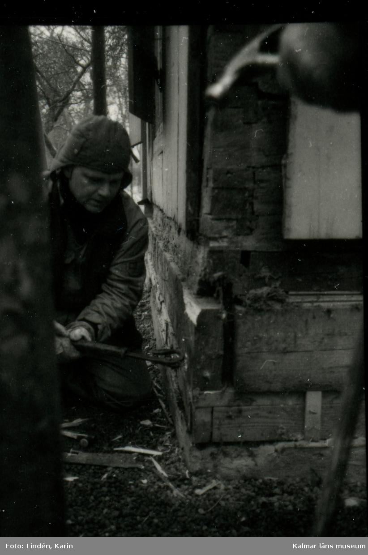 Foto:Karin Lindén, arkitekt, mars 1995 Lusthuset, vad dolde sig under sockeln.