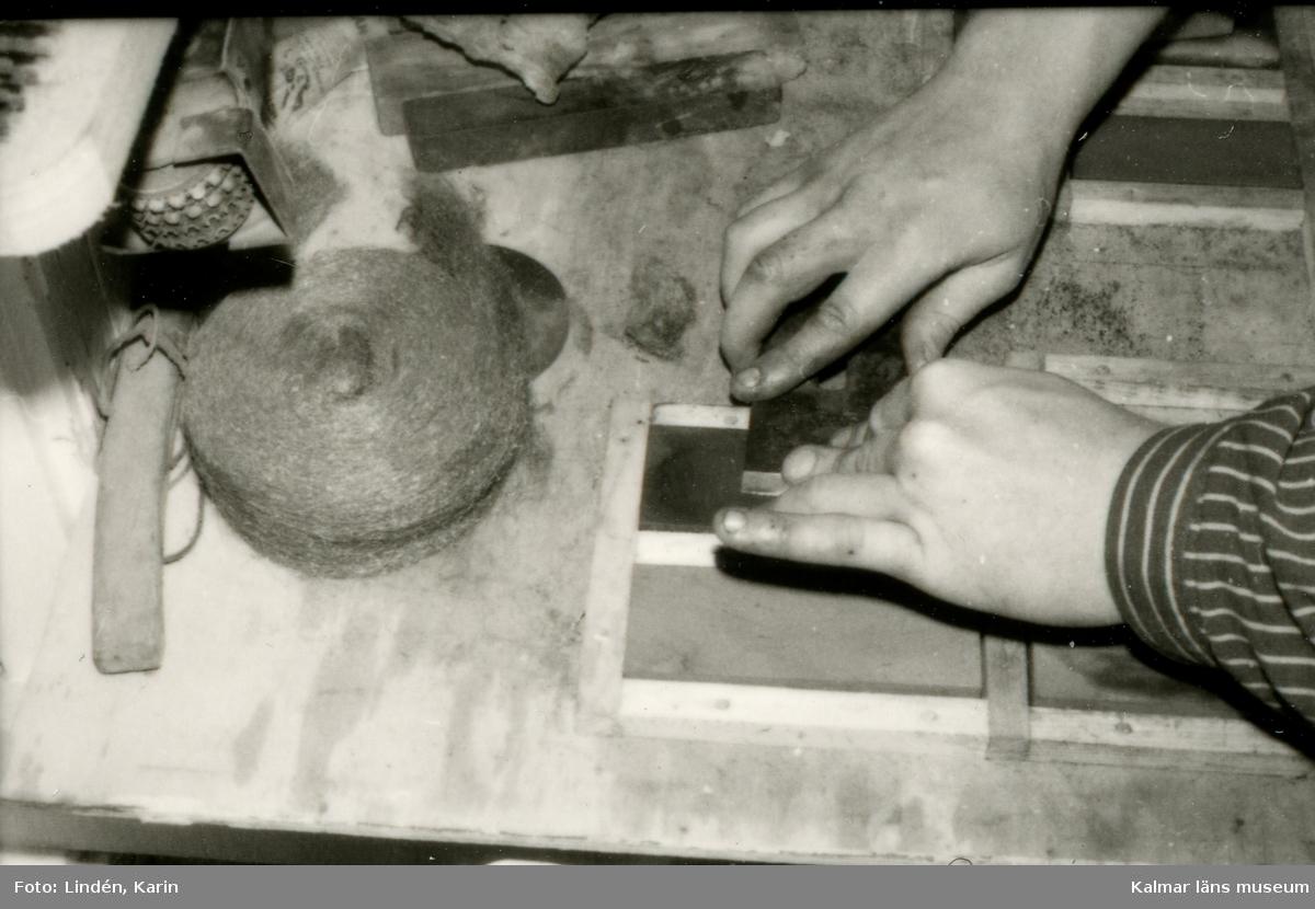 Foto:Karin Lindén arkitekt maj 1995 Dokumentation. Slipning av verktyg.