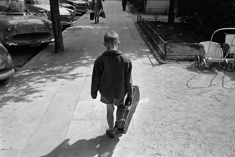 Gutt med fiolinkasse i Bergen, mai 1963.