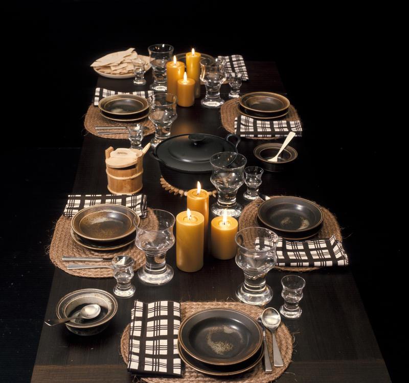Bord dekket i rustikk stil. Nye Bonytt 1975-1.