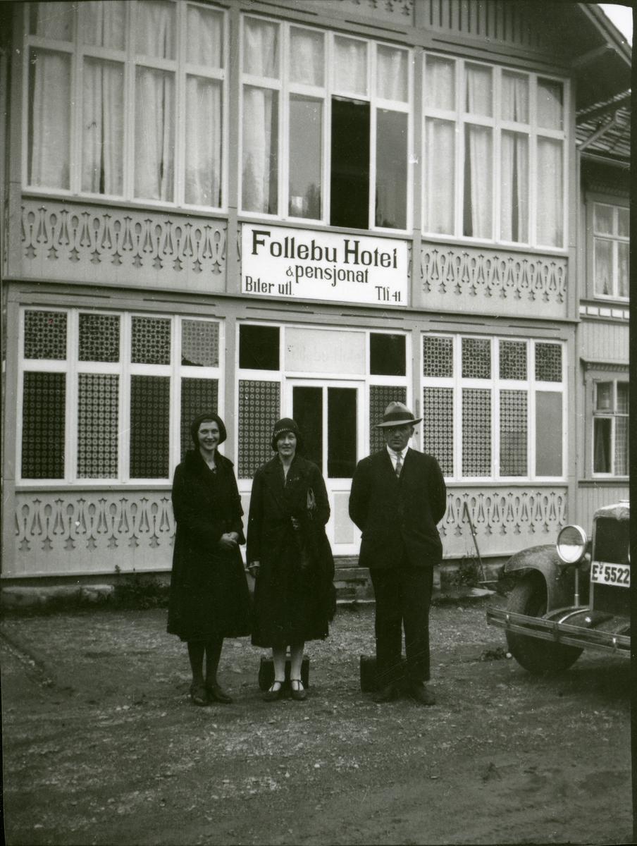 Eli Erstad saman med Magna og Even Sørflaten utanfor Follebu Hotel, ca 1935.