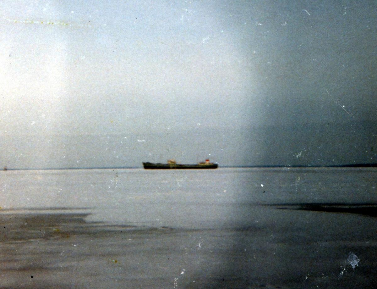 8000 tons Rava Rysskaja. Ryskt tankfartyg går sydvart genom Kalmarsund.