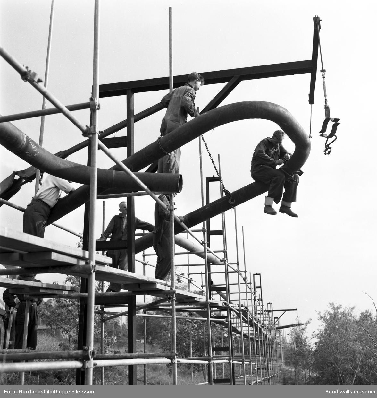Naunsburgs Industri AB monterar en rörledning i Nyhamn.