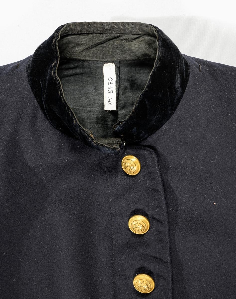 Uniformjakke i mørke blått klede. Trøya har ståkrage med svart fløyel. Opning framme med åtte knappehol og åtte forgylte knappar. Alle knappane har motivet med ein hest på. Ryggen har bakovertrekte saumar og svinga sidesaumar. Delt i livet med saum, splitt bak med seks knappar. Erme med to saumar, mansjett i same tøy, med ein bit svart fløyel og tre knappar og ei forgylt snor. Trøya er vattert framme og halve ryggen til livet, resten er fóra  med svart satengvove bomullstøy.  Erm fóra med lyst stripa bomull.