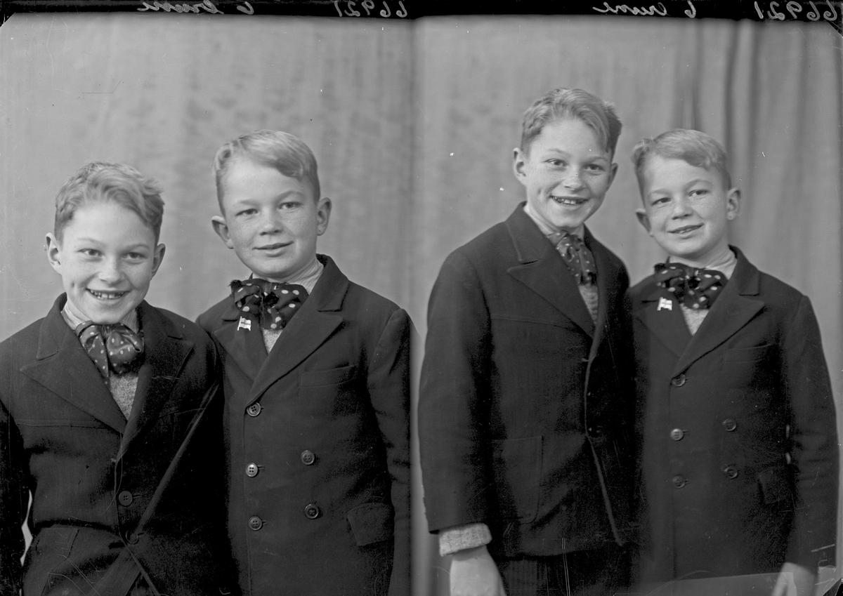 Gruppebilde. Familiegruppe, to gutter. Bestilt av Hans Vkse. Flotmyrgt. 187.