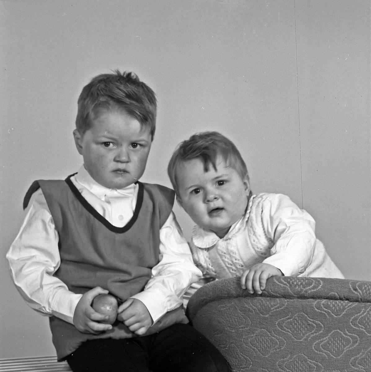 Portrett to yngre gutter - bestiller Bjørg Jørgensen
