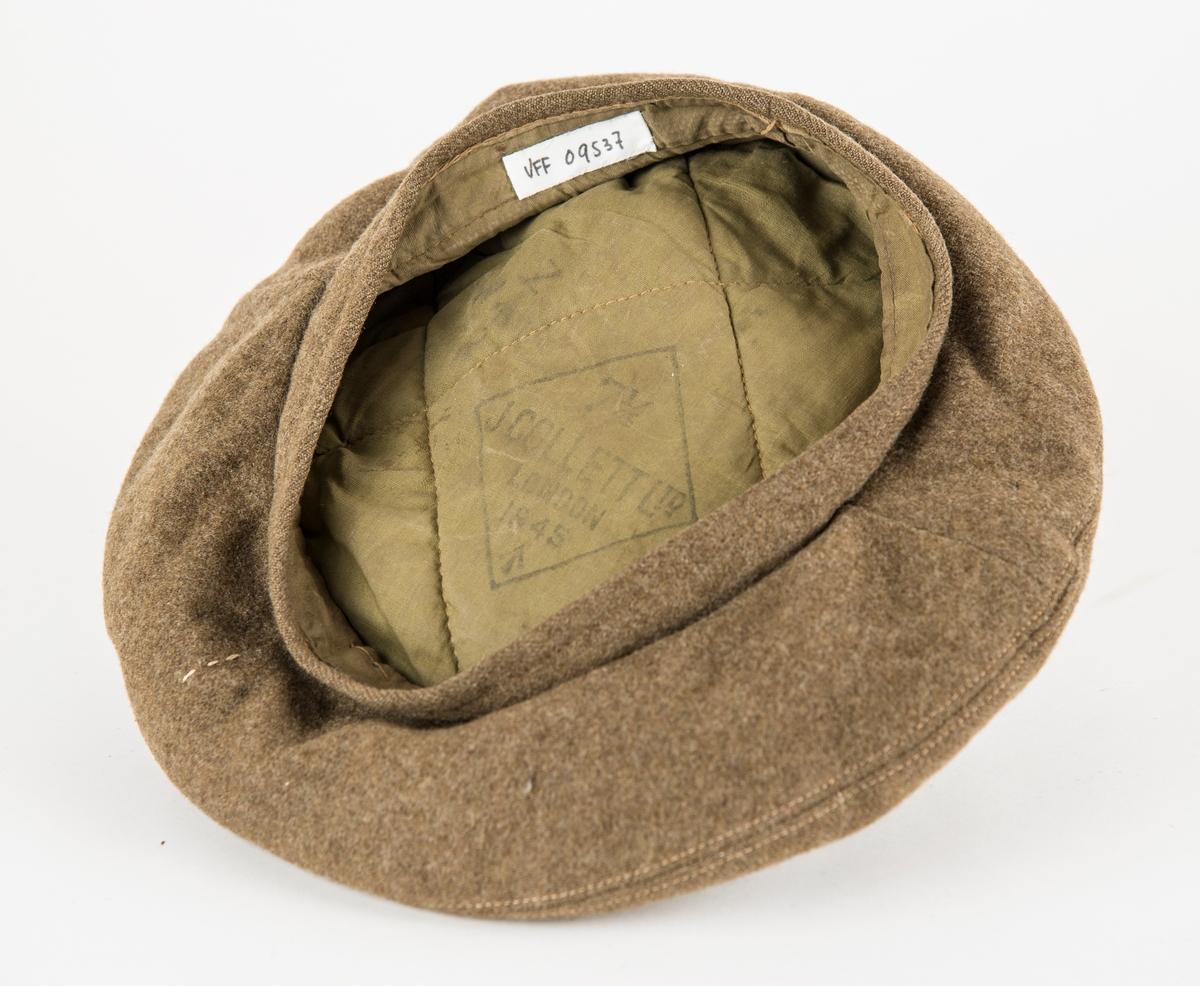"Militærlue, ""Beret"" i brun-grønt ulltøy. Merka inni med J. Collett Ltd. Londom 1945"