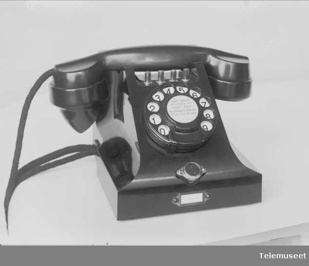 Telefon, bordapparat i bakelitt, med 4 trykknapper og mtlf.liggende, klokke 1000 ohm, for OTA, Elektrisk Bureau.