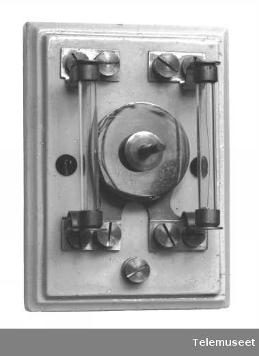 Kullynavleder med sikringer for 1 d.l. Elektrisk Bureau.