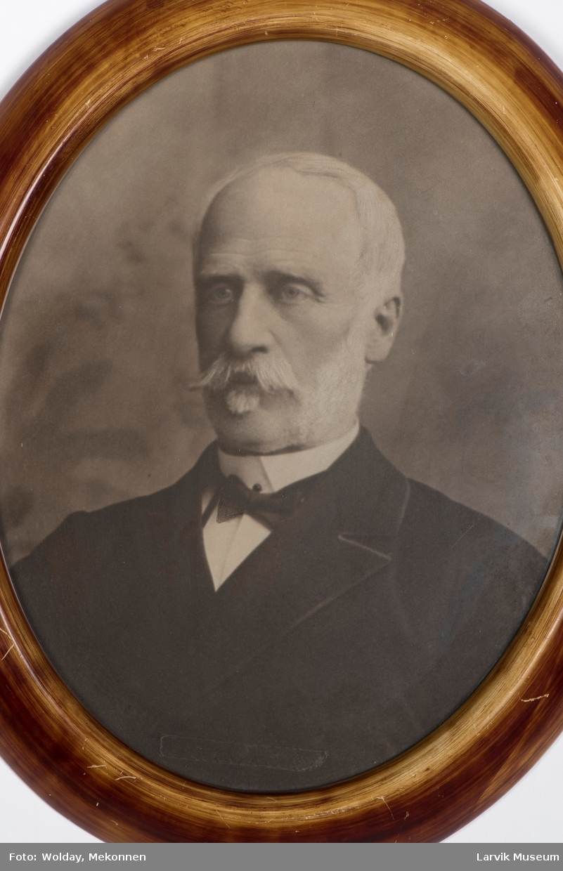 Henrik August Wetlesen, født 27. oktober 1824 - død 7. juli 1905. Overtoldbetjent i Larvik 17. mars 1883 - 3. august 1899.