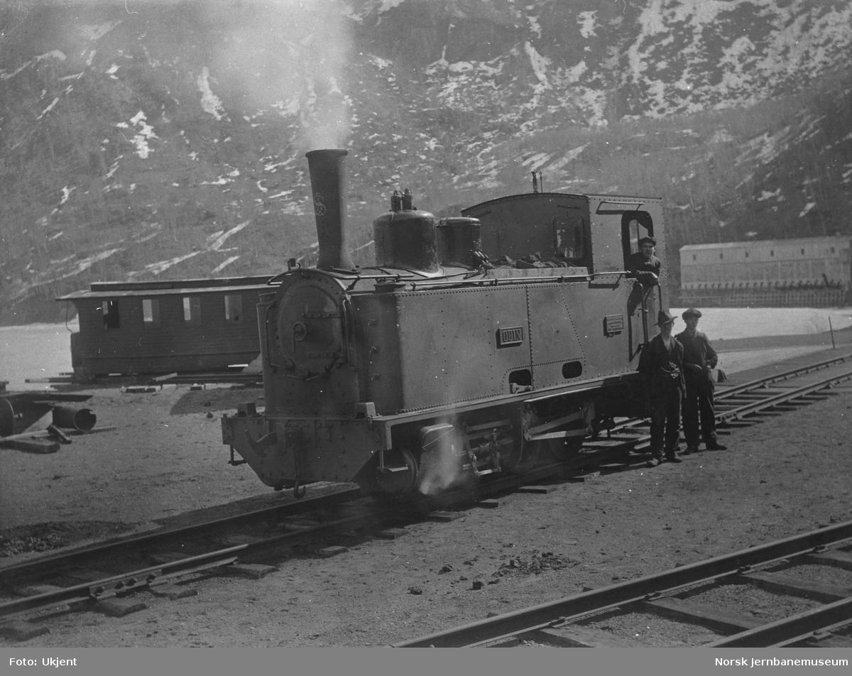 Damplokomotiv ODIN på Sjønstå stasjon; personvogn fra tertiærbanen i bakgrunnen