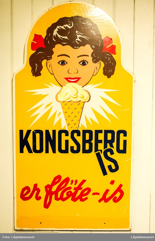 Reklameskilt i tre for Kongsberg Is, brukt i Opdahl Landhandleri i Lyngdal omring 1960.
