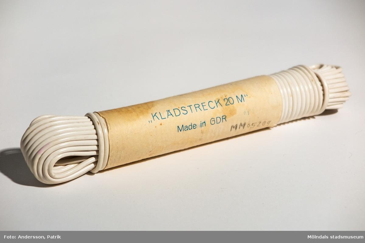 """Klädstreck tillverkat i GDR (German Democratic Republic) dåvarande Östtyskland, mellan 1949-1990.  Klädstrecket är oanvändt och ligger i orginalförpackningen. På förpackningen finns tryckt blå text:  """" """"KLÄDSTRECK 20 M""""      Made in GDR """""""