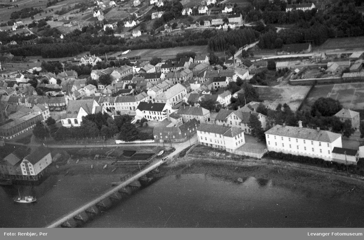 Flyfoto av Levanger, tatt av tenåringen Per Renbjør med sin fars Leica - Harald Renbjør, her sentrumsbebyggelsen.