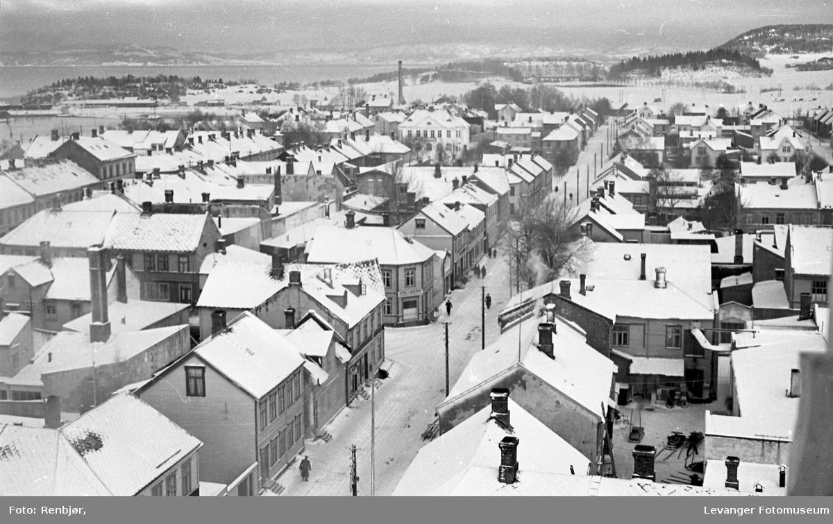 Utsikt fra meieriets pipe over sentrum i Levanger.
