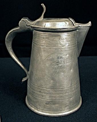 Dryckeskanna av tenn, ciselerad, på locket märkt med en Pythagoras-bild (stjärna).