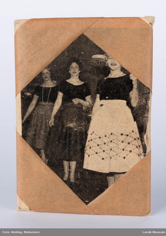 Bilde av tre damer på stempelet det er innpakket i papir