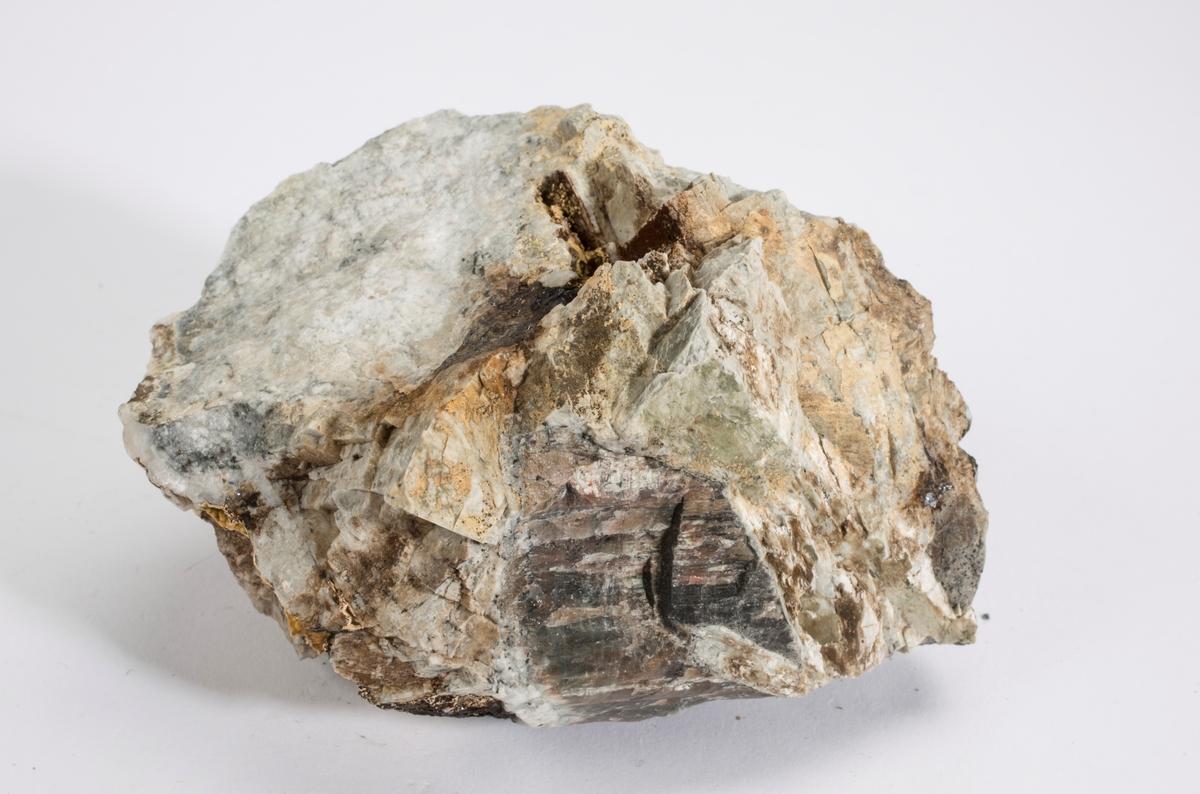 Chiavennitt (gul), hvit natrolitt, grå analcim, feltspat, nefelin, molybdenglans. Saga Pearl, Tvedalen.