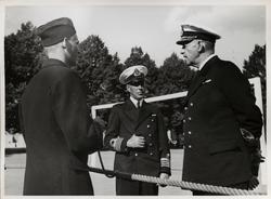Amiral Tamm i samtal med en rekryt