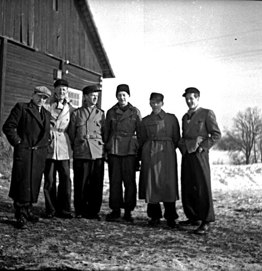 """""""Skogshuggare"""". Skofabriksarbetare fr. v:Tage Larsson, Holger Johansson, Bertil Olsson, Karl Rehn, Lars Larsson, Stig Rehn 1942."""