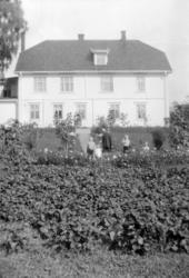 Våler gård, hagen, farfar Ole Vaaler med Kari Helene Vaaler.