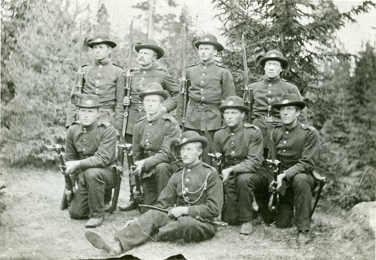 Gruppebilde av menn i militæruniform.