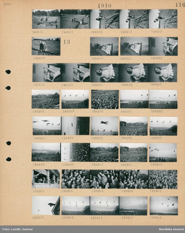 Motiv: (ingen anteckning) ; Pojkar och flickor arbetar på en åker.  Motiv: (ingen anteckning) ; En kvinna ligger i en säng och gäspar, en folksamling står på Skansen och tittar på flygplan som flyger förbi på låg höjd, vy över en publik.