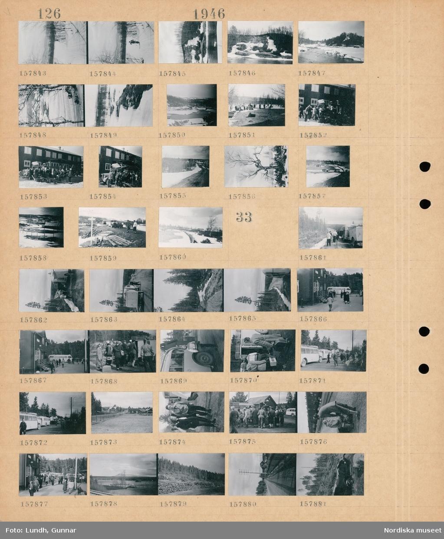 Motiv: (ingen anteckning) ; Snötäckt landskapsvy med fjäll, en grupp kvinnor och män med packning vid ett hus, ett träd, människor vid bussar.  Motiv: (ingen anteckning) ; Människor vid en buss, landskapsvy med väg och skog, landskapsvy med åkrar - skog och fjäll.
