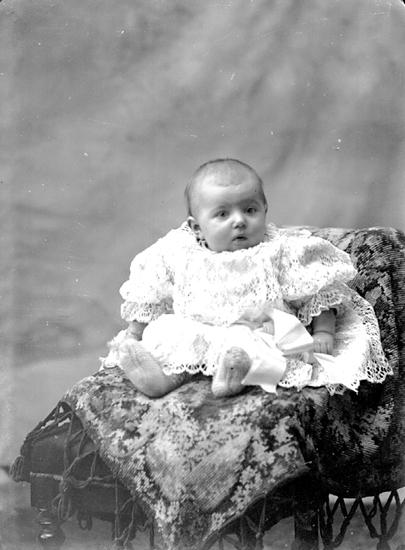 Ateljé. Litet barn i stol.Fotograf:Ellen Kock? Axel Lundbäck m.fl.Gullspångssamlingen.Bilder från Gullspång med omnejd.