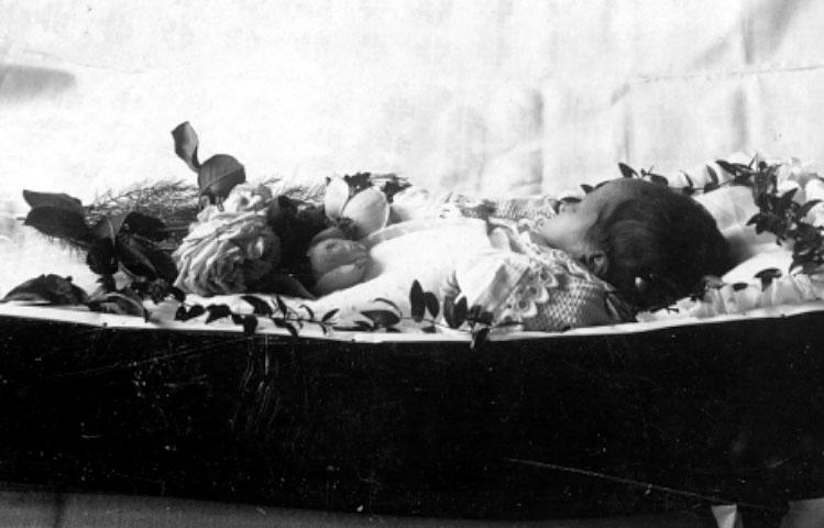 Gerda Maria Beata Lönnerblad f. 25/6 1900, död 28/7 1900.