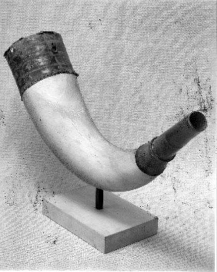 Önum. Rekonstruktion av bronslur, vars metalldelar påträffats vid sänkning av landsvägen öster om Önums kyrka. Beslagen övertogs av dr Valler i Lidköping och skänktes till Lidköpings museum. Dr Valler var född i Önum.