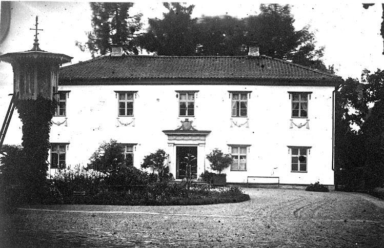 Gösslunda sn. Villa Giacomina.Villa Giacomina uppfördes ca 1820. Den strängt nyklassicistiska tvåvåningsbyggnaden av reveterat timmer under valmtak blev byggnadsminne 1979. Till anläggningen hör en stor engelsk park.http://www.ne.se/jsp/search/article.jsp?i_art_id=189591