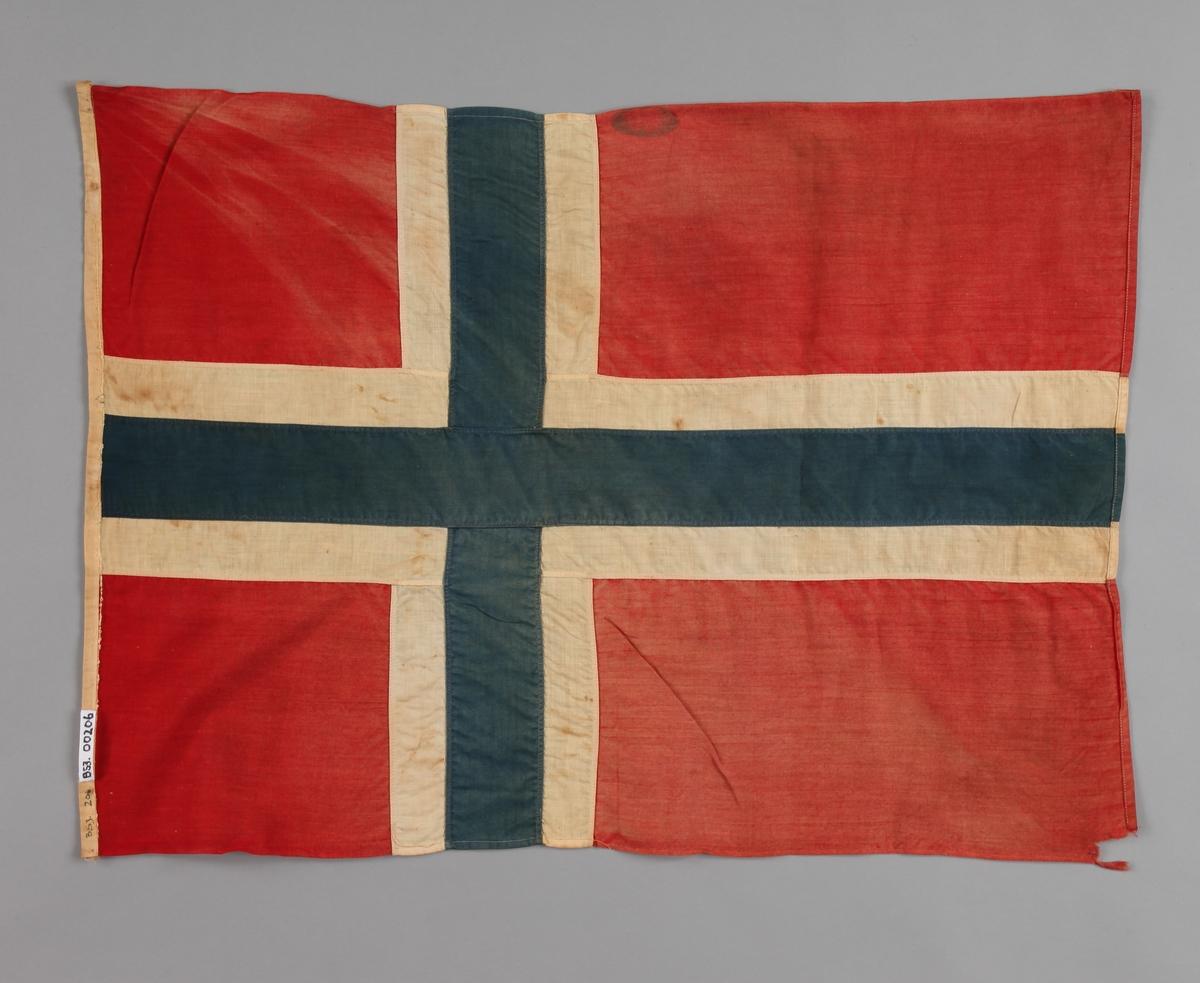 Flagg som har tilhørt Trygve Gran fra hans første flygning over Nordsjøen i 1914.