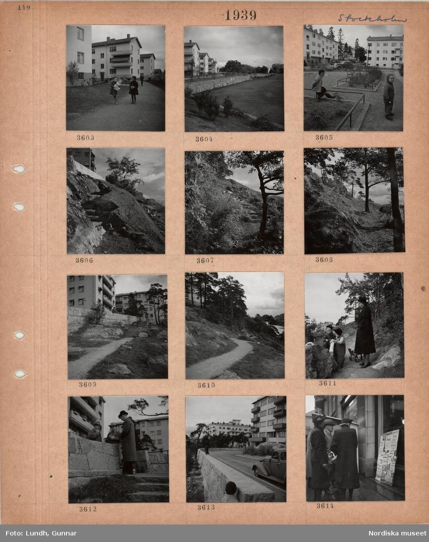 Motiv: Stockholm, flerbostadshus, gångväg, stödmur, grönytor, barn, bergknalle, trappa, träd, kvinna och två små flickor, samtalande män i ytterrock och hatt, gata, män och kvinnor tittar på reklamaffischer på trottoar.