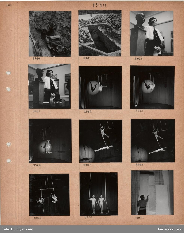 Motiv: Lastbil vid tunnelmynning, nygrävt dike i stad, kvinna vid byst i utställningssal, trapetsartister på en scen, mörkläggning av fönster.