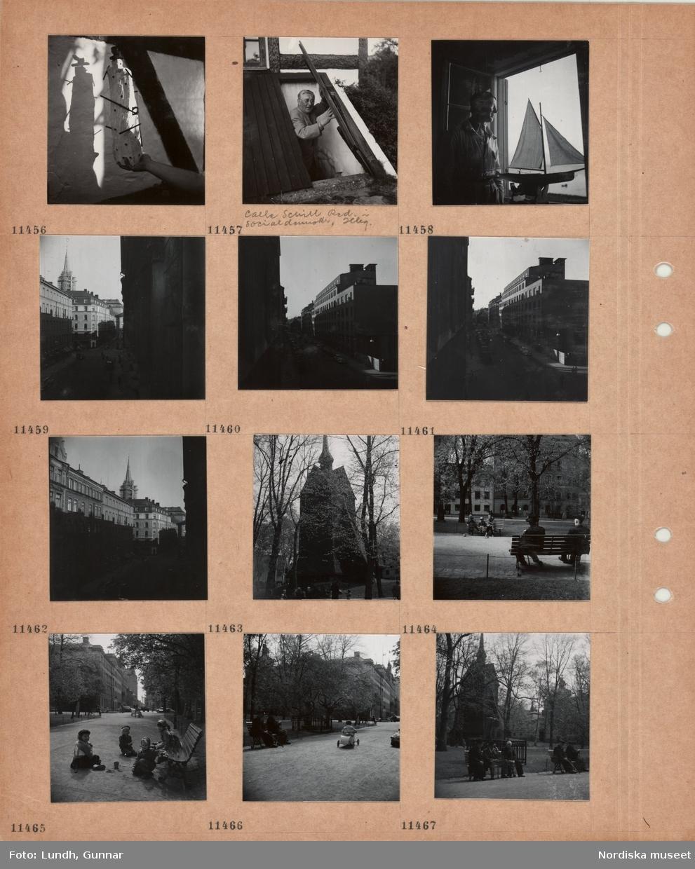 Motiv: En hand håller fram en stiliserad skulptur, figur i hatt, en man, Calle Schill redaktör i Socialdemokraten, Helsingborg, tittar upp ur en källare, en båtmodell står i ett öppet fönster, en man tittar ut, gata med flervåningshus, i bakgrunden kyrktorn med byggnadsställningar, gata, parkerade bilar, klockstapel av gångväg med parkbänkar, sittande personer, barn leker på gångväg vid parkbänk, ett barn kör lådbil, äldre män sitter på parkbänkar framför klockstapel.