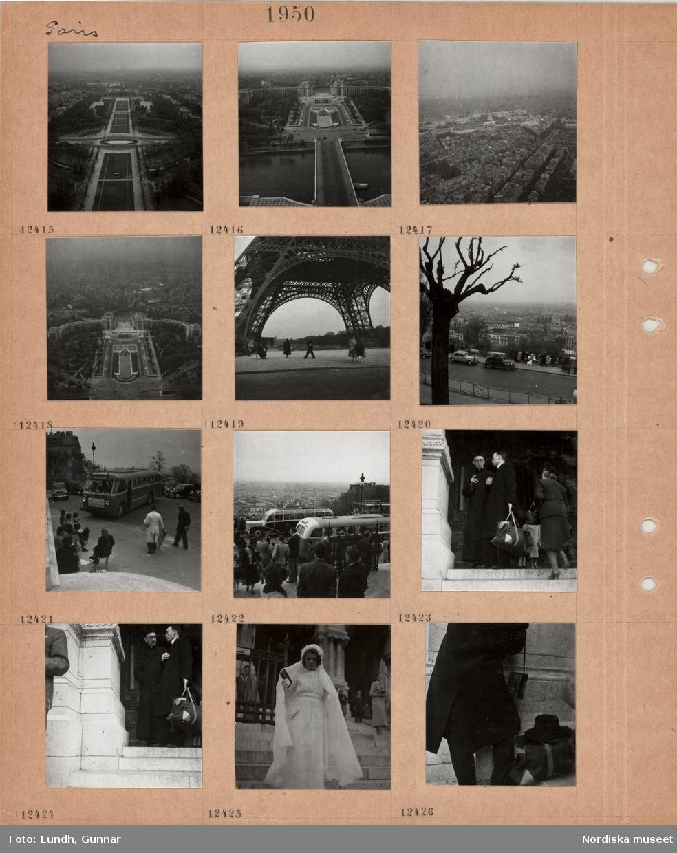 Motiv: Paris, utsikt från Eiffeltornet: Champs de Mars, stor symmetriskt anlagd park med damm i mitten, Palais de Chaillot och Trocadéro-parken, floden Seine, bro, stadskvarter, Invaliddomen, Palais de Chaillot, fotgängare vid Eiffeltornets fot, kvinna med barnvagn, gata med parkerade bilar, utblick över stadskvarter, svensk turistbuss, gata med två parkerade bussar, folkmyller, utblick över stadskvarter, en man i prästdräkt pratar med en annan man, ung kvinna i vit klädsel med slöja och bok i hand, konfirmand(?), en väska och hatt bredvid en person som håller en kamera.