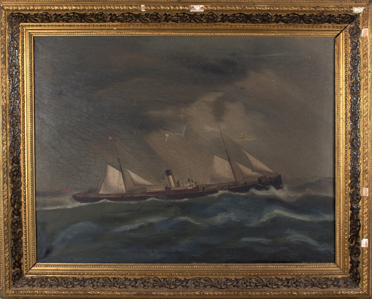 Skipsportrett av DS OSCAR II i grov sjø med seilføring. Norsk flagg i akter.
