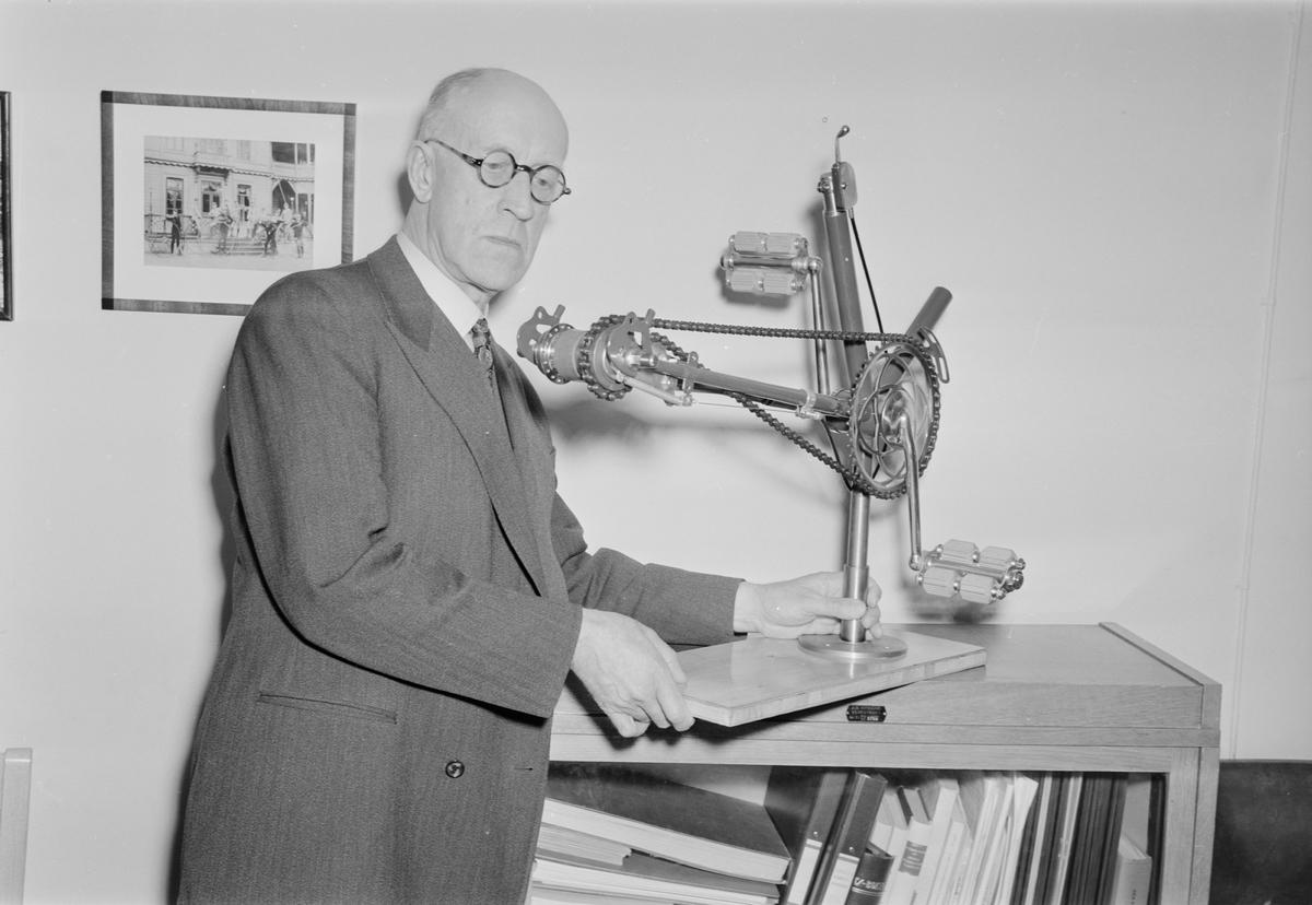 Ingenjör K G Östberg, Nymanbolagen, demonstrerar ny cykelväxel, Alpväxeln, Uppsala, mars 1951