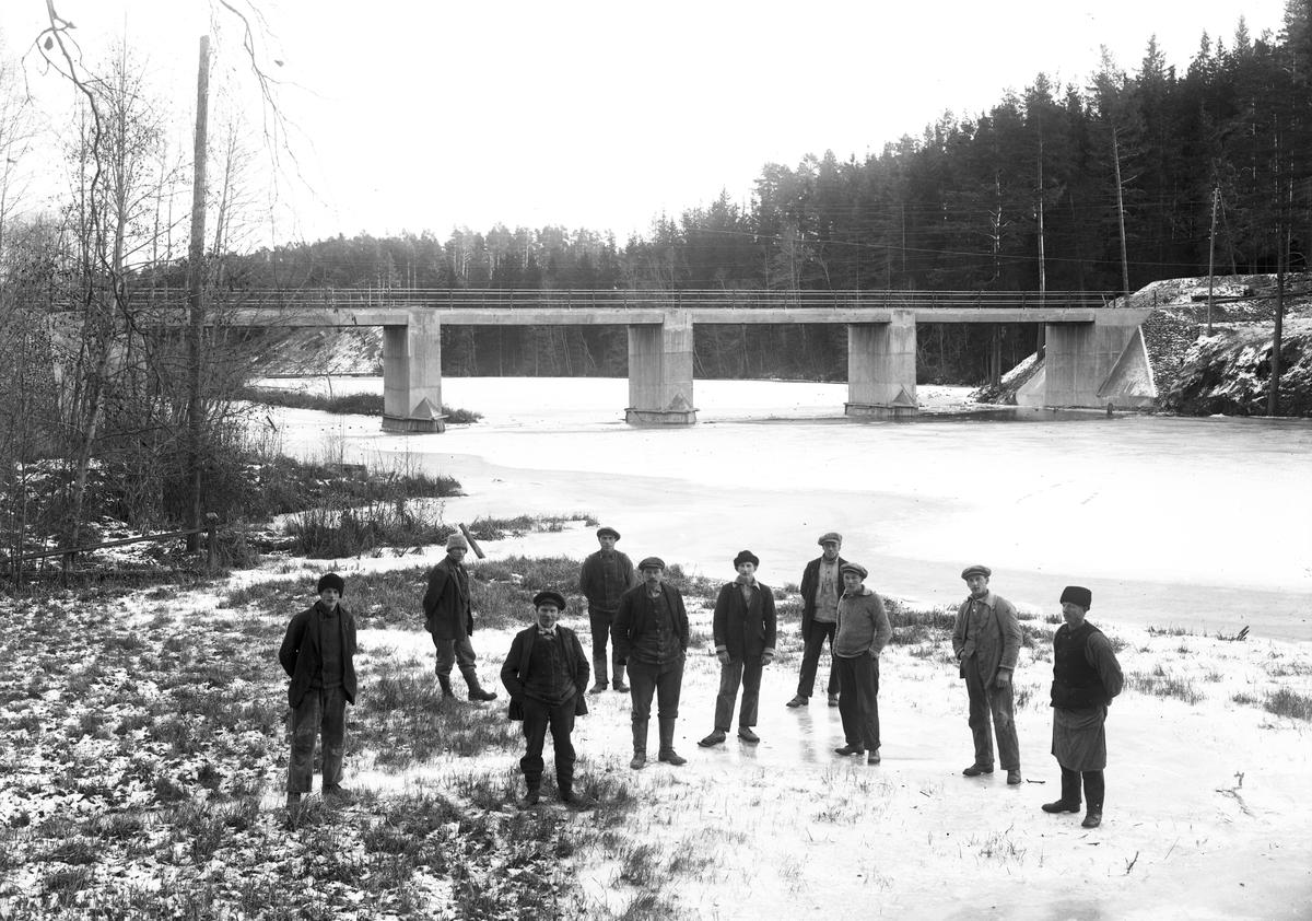 Män vid Gavleån, Järnvägsbro över Gavleån. (1939 ?).