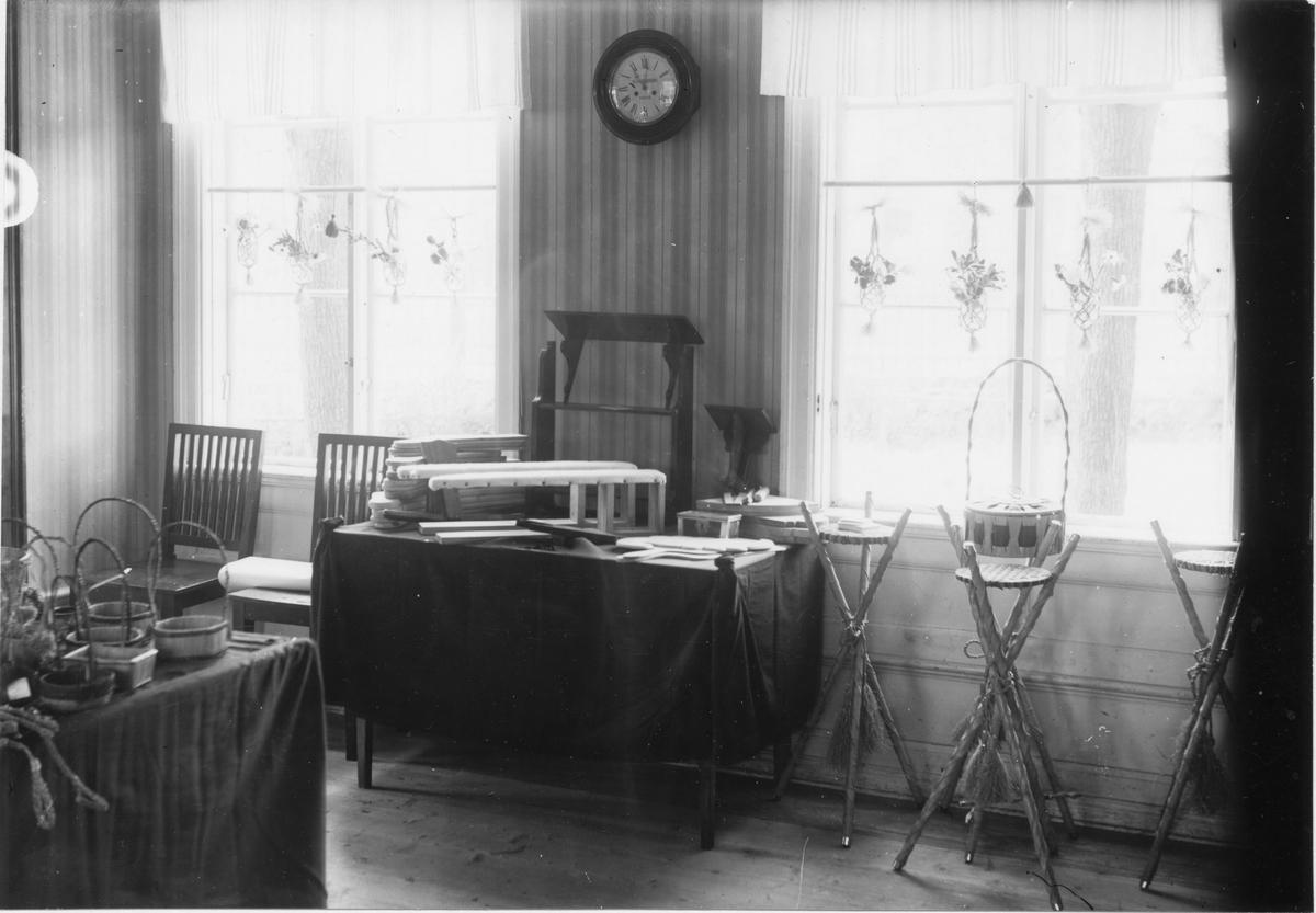 Utställning av arbetsstugans produkter.