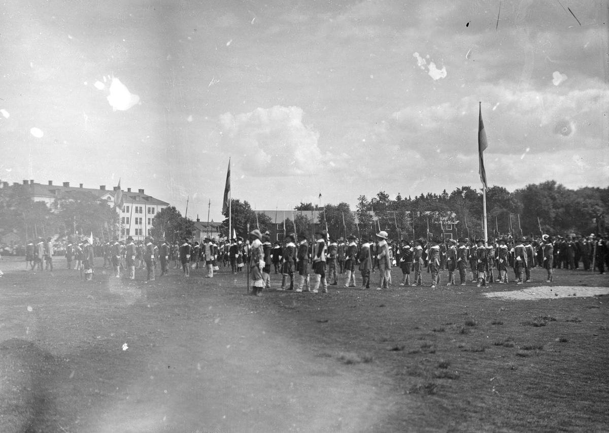 Kungliga Hälsinglands Regementes 300-års jubileum 1924. Kung Gustaf V och ärkebiskop Nathan Söderblom på besök. Historisk paradexercis.
