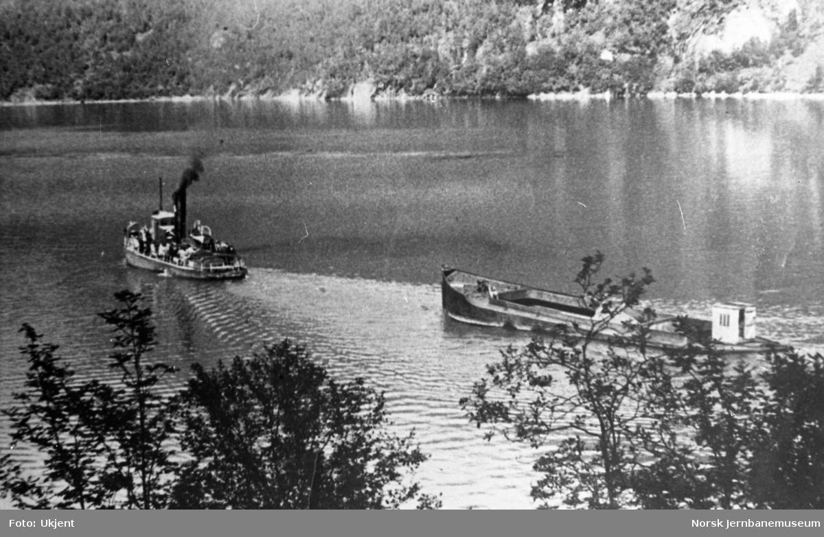 Dampbåt med lekter på Øvrevann