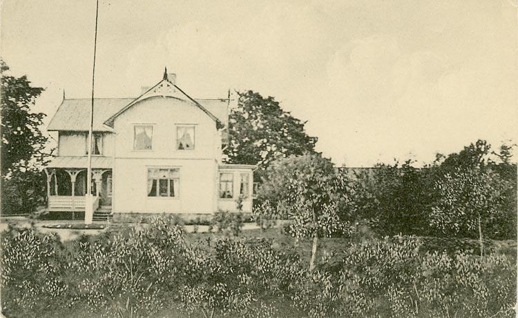 """Enligt Bengt Lundins noteringar: """"Skällegred, öster om kyrkan. Kommentar: Skällegred är sig likt i dag. Det ägdes av Olle Olsson och hans barn Sigvard och Eva. Namnet känt från """"Röde Bog"""" 1388. Frälsegård till 1694. 5/8 hemman""""."""
