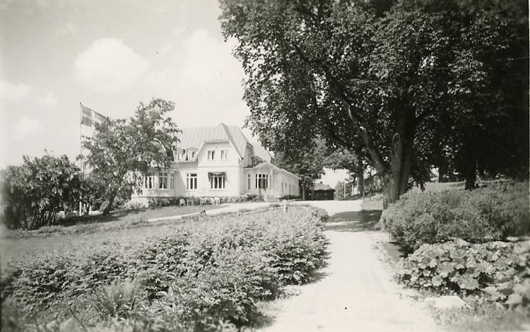 """Enligt Bengt Lundins noteringar: """"Ljungskile. Tjöstelsröd, övre. Huset byggdes 1894. Ägare 1910 Överste Fjellman. 1918 Dir. E.C.K vid Partille fabriker. 1930 Adolf Hillman. 1961 Landstinget som konvalescenthem""""."""