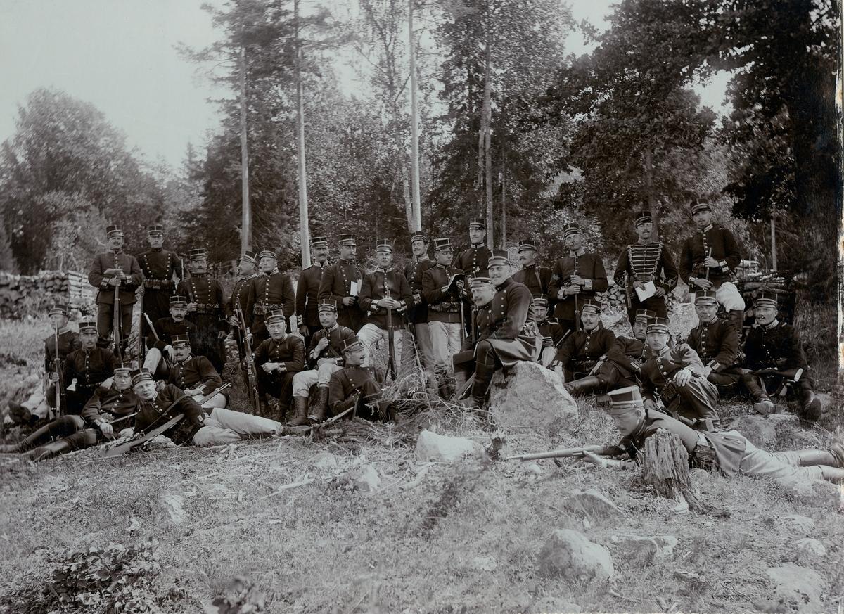 Grupporträtt av soldater och officerare vid Hälsinge regemente I 14.