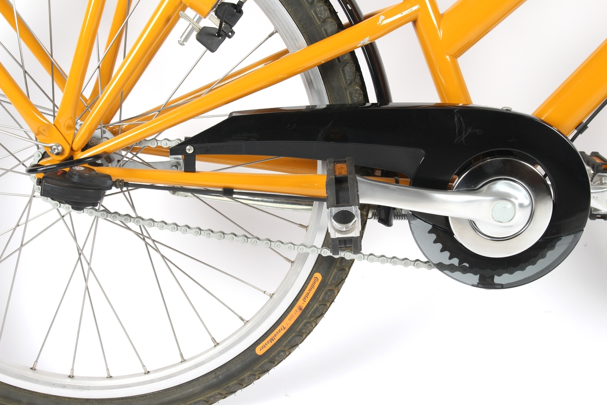 Gul, lakkert damesykkel med Shimano Nexus 5 girsystem og rullebrems foran. Rullebremsen har i tillegg en parkeringsfunksjon.