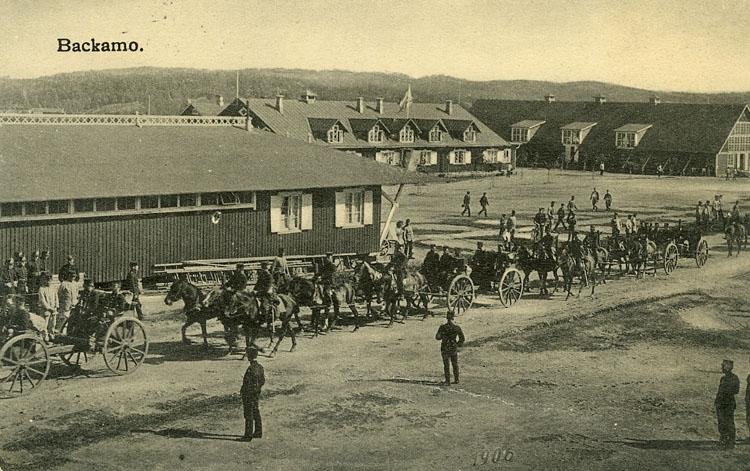 """Enligt Bengt Lundins noteringar: """"Förbimarsch på landsvägen med hästar och landåer""""."""