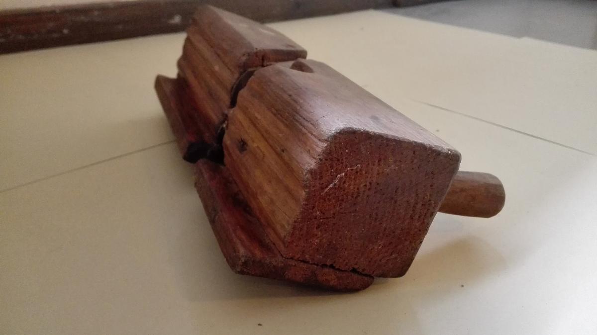 Profilhøvel, med ein to knivar, trekilar og sidelist. Høvelen har to handtak. Truleg brukt til å laga profilert listverk.