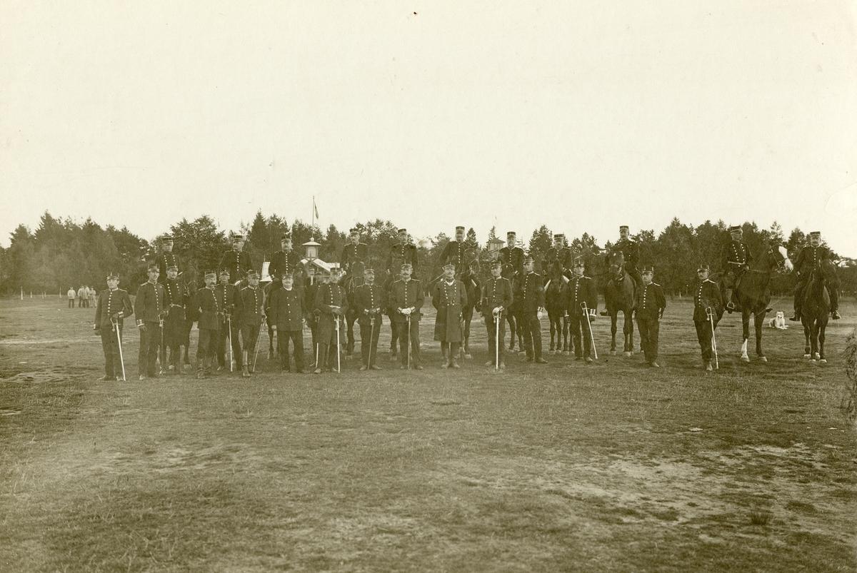 Grupporträtt av officerare vid Hallands regemente I 16 på Gunnebo Hed 1906. För namn, se bild nr. 3.